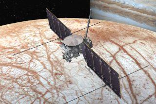 La superficie de la luna Europa, sacudida por pequeños impactos