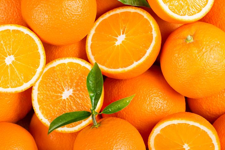 4 chinos se comen 30 kilos de naranjas en media hora para ahorrar en sobrepeso de equipaje en el avión