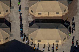 """La Casa Blanca justifica que Biden reabra una instalación de Trump para migrantes: """"No se trata de niños encerrados en jaulas"""""""