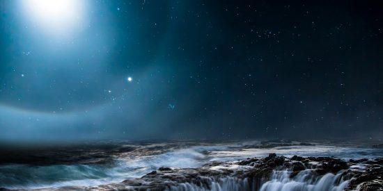 Científicos producen agua metálica en condiciones terrestres
