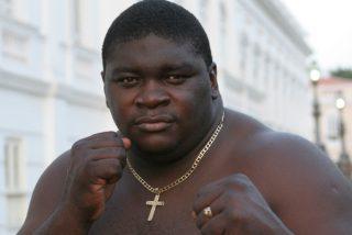 Zuluzinho, el gigante brasileño de la MMA, derriba a su rival con un sólo golpe y celebra erróneamente su victoria