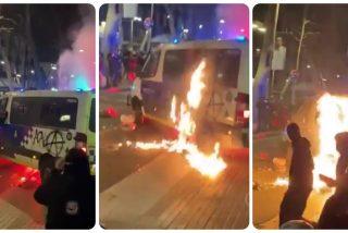 Los facinerosos que apoyan al delincuente Hasel queman una furgoneta de la Guardia Urbana de Barcelona con un agente dentro