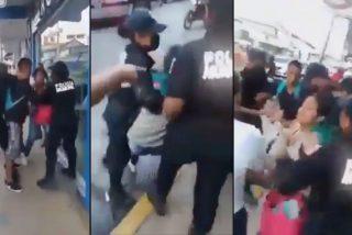 El momento en que unos patosos policías mexicanos intentan arrestar a la pareja que no lleva mascarilla