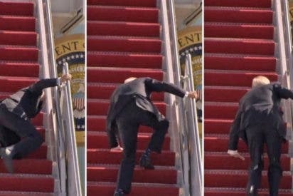 El momento en que un torpe Joe Biden tropieza tres veces al subir las escaleras del Air Force One