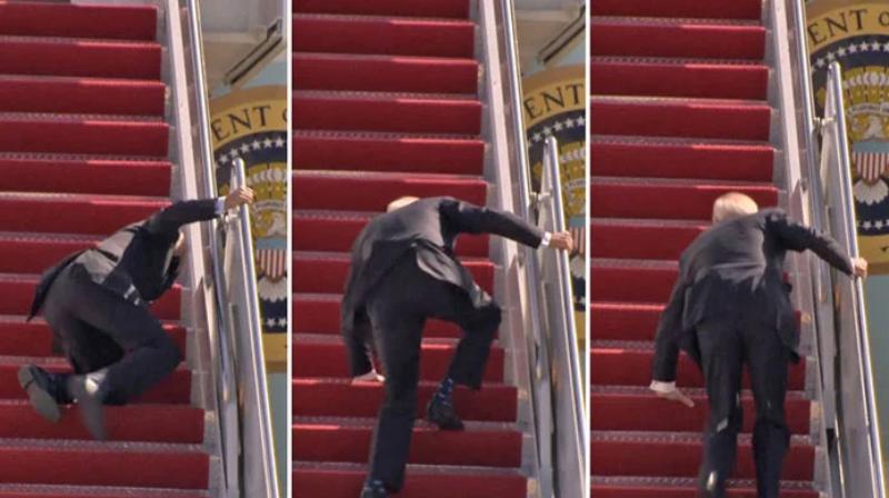 El momento en que un torpe Joe Biden tropieza tres veces al subir las escaleras del Air Force One