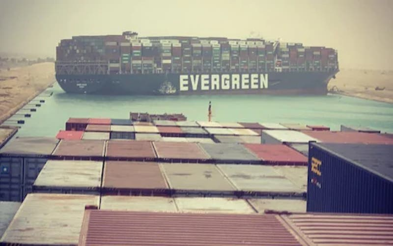 Queda bloqueado el Canal de Suez al atascarse dentro un gigantesco buque taiwanés