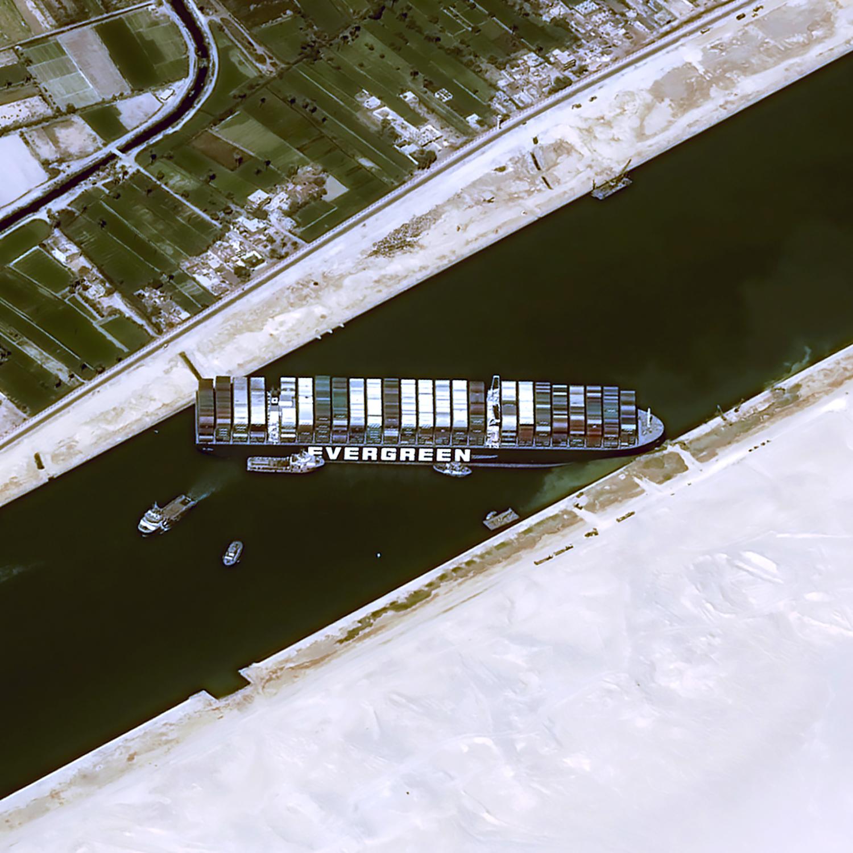 El cierre del Canal de Suez afecta ya a la cadena de suministro global y a los precios de gas y petróleo