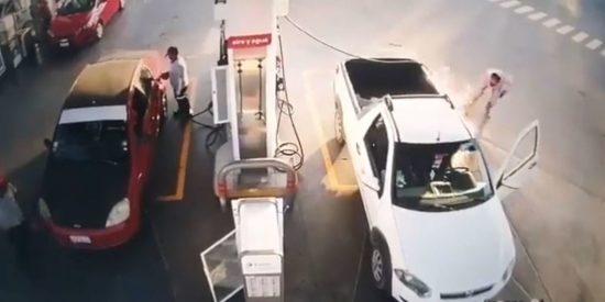 Usa el teléfono móvil mientras llena el depósito del coche y provoca un incendio en la gasolinera