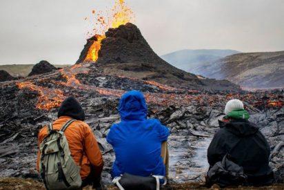 El instante en que el dron que filma el interior del cráter del volcán se funde en la lava