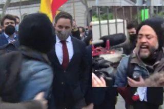 Un exaltado intenta agredir a Santiago Abascal a las puertas del Parlamento de Cataluña