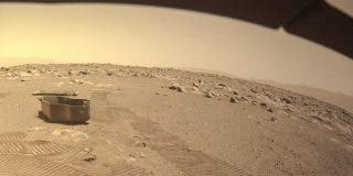 Elon Musk publica una imagen de Marte y en la foto se ve... ¡un Tesla volador!
