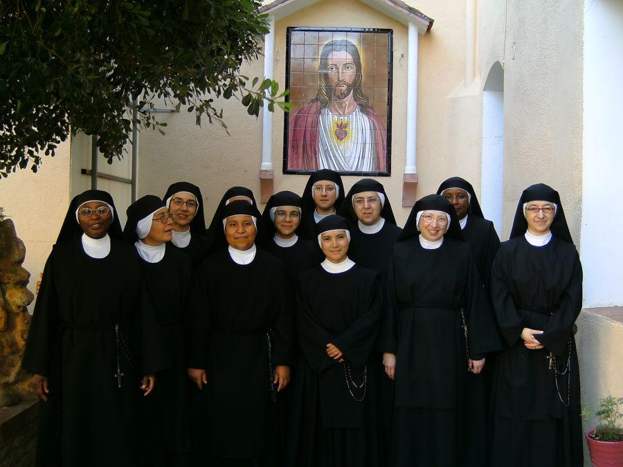El convento de monjas entra en quiebra y este cura pide un rescate para arreglar la máquina de hacer hostias