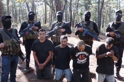 México: sicarios del narco vuelan un coche de Policía y rematan a balazos a los agentes