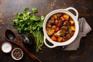 goulash o gulash húngaro en la olla exprés