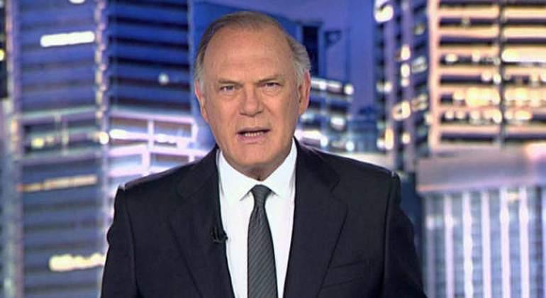 Desternillante pillada a Pedro Piqueras 'descansando' durante la emisión de 'Informativos Telecinco'