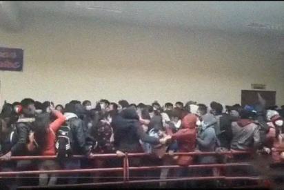 El instante en que siete estudiantes caen mortalmente desde un cuarto piso en Bolivia