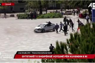 El 'héroe de Albania': tumba con una patada voladora a un conductor que intenta arrollar a una multitud