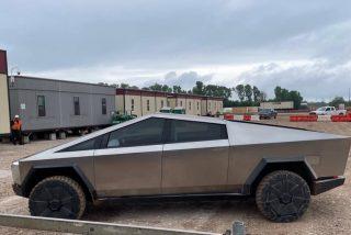 Elon Musk se presenta conduciendo un Tesla Cybertruck en la fábrica donde lo producirá en masa