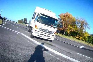 El terrorífico instante en que el camión gira y embiste a la ciclista