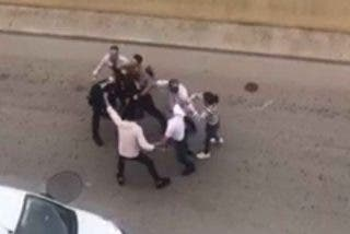 El clan gitano se cabrea, cuando les dicen que se pongan mascarillas en la boda y sacude una paliza a los policías