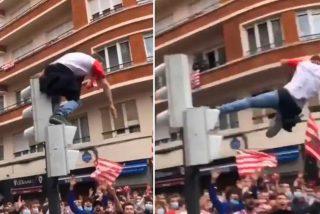 El hincha del Athletic de Bilbao se lanza desde lo alto del semáforo y se estampa contra el suelo