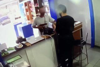 El escalofriante momento en que este atracador se lleva dos balazos en la espalda, cuando sale de la tienda con el botín
