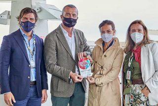 Maíllo entrega el premio de la carrera Gastrofestival celebrada en el Hipódromo de Madrid