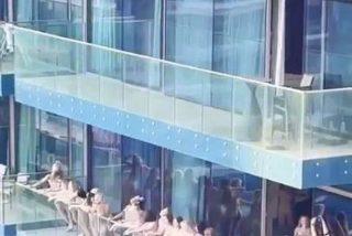 Los jeques de Dubai están histéricos: aparece una foto con mujeres desnudas en un balcón