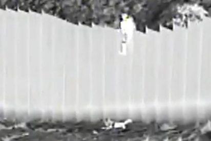 El presidente Biden se 'alarma' al ver como traficantes de seres humanos tiran varias niñas por encima del muro con México