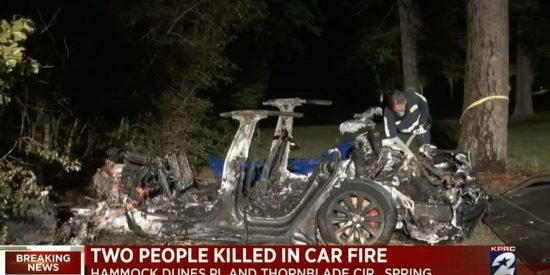 Un coche Tesla 'sin conductor' se estrella contra un árbol y deja dos muertos