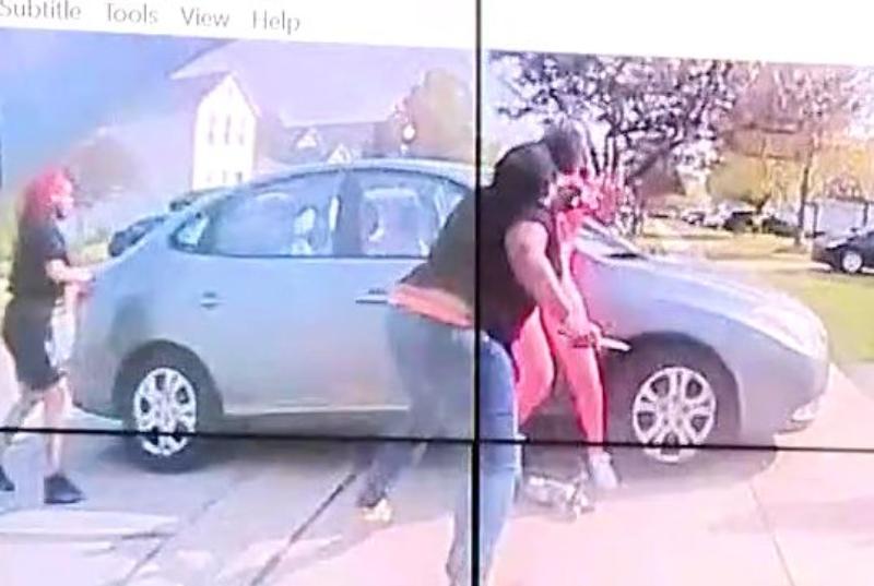 La cámara corporal capta el instante en que un policía mata a balazos a chica negra que intentaba apuñalar a otra
