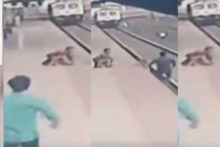 El momento en que este héroe salva al niño que cayó a las vías cuando guiaba a su madre ciega