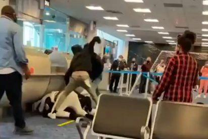 Pelea masiva en el Aeropuerto Internacional de Miami por unos asientos de avión