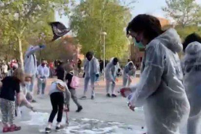 La izquierda vallecana se da un tiro en el pie y pone a mujeres y niñas a fregar con lejía el lugar del mitin de VOX