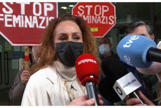 """""""¡Stop Feminazis!"""": lo que hay detrás de los ataques a Rocío Carrasco a su llegada a los juzgados"""