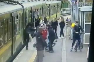 Una mujer cae a las vías del tren después de una cobarde agresión machista