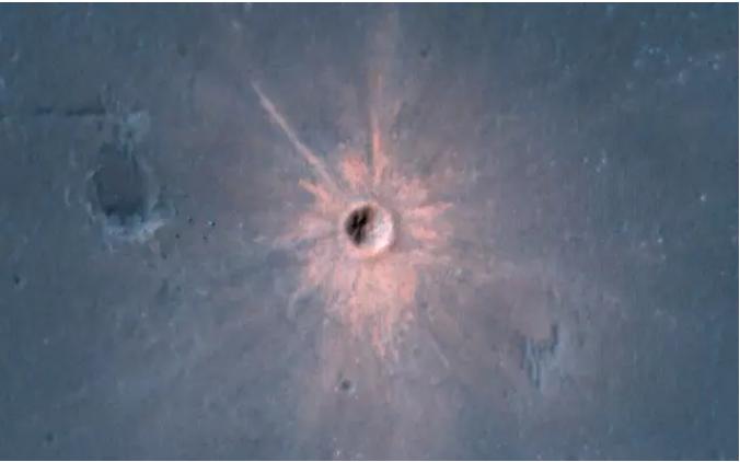 Observan en Marte un cráter de impacto brillante