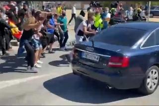 """Ceuta se alza contra Sánchez: le reciben entre abucheos, gritos de """"hijo de p..."""" y golpes a su coche"""