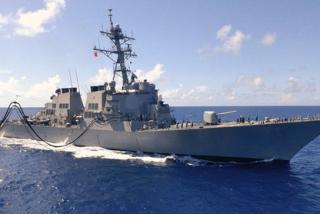 Un destructor norteamericano reta a China al navegar en las disputadas islas Paracel
