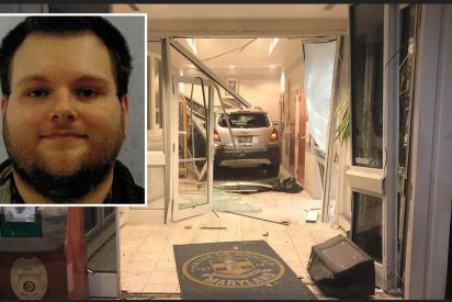 Intenta matar a un policía estrellando su coche contra la comisaría
