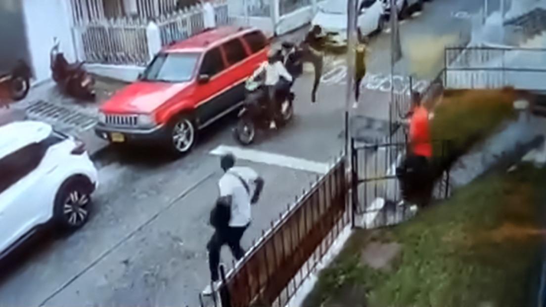 El 'Jackie Chan' colombiano: el tipo derriba con una patada voladora a los dos ladrones en moto