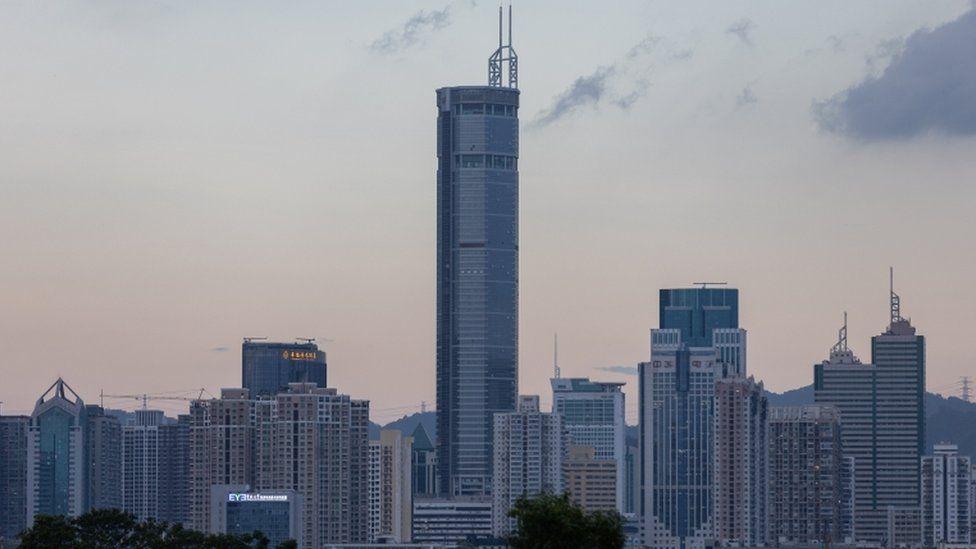 El dramático instante en que uno de los rascacielos más altos de China se tambalea sin razón aparente