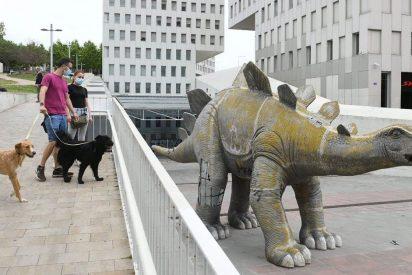 El misterio del hombre que murió atrapado en el interior de la estatua del dinosaurio