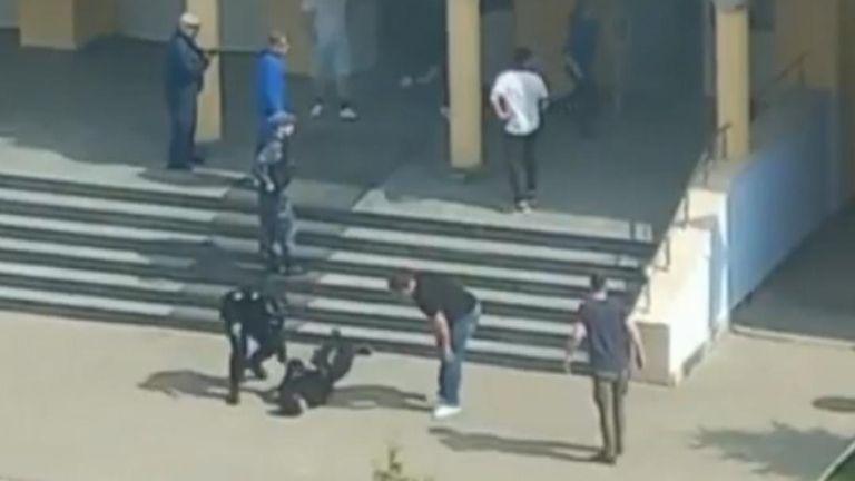 Dos fanáticos adolescentes matan a tiros a 8 estudiantes y a un profesor en Rusia