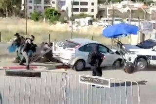 El momento en que un palestino embiste con su coche contra un puesto de Policía en Jerusalén y es abatido a tiros