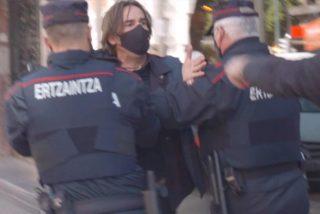Cinco ertzainas atacan a golpes al periodista Cake Minuesa para impedir que pregunte al socialista Iceta