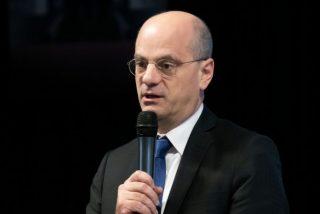 Francia se deja de tonterías y prohíbe oficialmente el lenguaje inclusivo en las escuelas