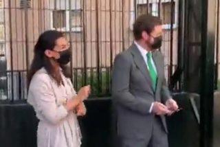 Rocío Monasterio y Espinosa de los Monteros bailan reggaeton mientras esperan su turno para votar