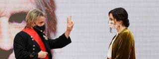 """El cantante Nacho Cano le da su Gran Cruz del 2 de Mayo a Ayuso: """"La mereces tú por valiente y buena presidenta"""""""