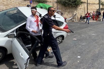 El dramático instante en que un policía rescata de la turba al conductor israelí que atropella a un manifestante palestino